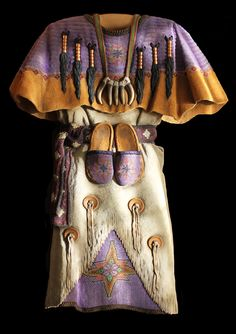 This is a wood carving! The whole thing is wood! So talented! Beadsnbuckskin