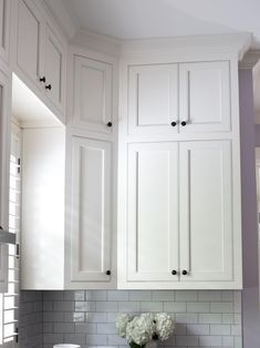 Kitchen cabinets to ceiling – White kitchen cupboards – Installing cabinets – Kitchen remodel sm - Modern Kitchen Cabinets To Ceiling, White Kitchen Cupboards, Farmhouse Kitchen Cabinets, Kitchen Cabinet Design, Kitchen And Bath, Tall Cabinets, Kitchen Designs, Kitchen Ideas, Kitchen Decor