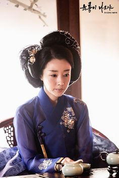 Yoon Son Ha as Cho Young /Six Flying Dragons Six Flying Dragons(육룡이 나르샤) Traditional Hairstyle, Korean Traditional Dress, Traditional Fashion, Traditional Dresses, Orientation Outfit, Historical Hairstyles, Korea Dress, Yoo Ah In, Korean Hanbok