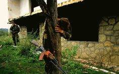 L'unique survivant d'un massacre retrouve sa maison en ruines après que l'armée de Bosnie a repris son village des forces serbes en automne 1995. Il se tient sur ce que l'on suppose être une fosse commune regroupant 69 cadavres, dont ceux de sa famille. by Ron Haviv