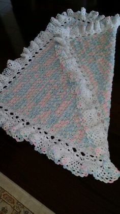 Baby blanket with ruffle edging in white Plaid Crochet, Easy Crochet Hat, Crochet Ruffle, Baby Afghan Crochet, Crochet Quilt, Manta Crochet, Crochet Crafts, Crochet Yarn, Crochet Projects