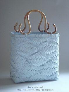 エコクラフト:波 網代編みバッグ(鞄):波波 Bamboo Weaving, Basket Weaving, Crochet Case, Plastic Canvas Stitches, Paper Weaving, Canvas Purse, Embroidery Bags, Moda Boho, Weaving Patterns