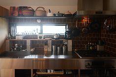 キッチンはサンワカンパニーのステンレスキッチン「オッソ」。キッチンの上の収納は手作りです。