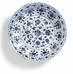 A FINE BLUE AND WHITE BARBED DISH  MING DYNASTY, YONGLE PERIOD