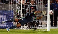 "Johnny Herrera metió a la ""U"" en la final de Copa Chile Chile, Historical Pictures, Goalkeeper, Great Pictures, Soccer, Sports, Breakfast Nook, Photos, Goaltender"