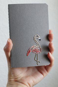 Un flamenco es bordadas en tonos melocotón, rosado y coral en un notebook sin forro gris. Mantenerse organizado sólo llegó a ser un poco más divertido con este cuaderno bordado de mano. Un tamaño perfecto para caber en el bolso, listo para llenar con sus dibujos y listas. Cuaderno: 3.5 x 5.5 pulgadas Páginas: 64 Encontrar más aquí: https://www.etsy.com/shop/PoppyandFern?section_id=14287899