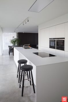 Love looking for great white kitchen decorating ideas? Check out these gallery of white kitchen ideas. Tag: White Kitchen Cabinets, Scandinavian, Small White Kitchen with Island, White Kitchen White Witchen Countertops Modern Kitchen Cabinets, Kitchen Cabinet Design, Kitchen Layout, Rustic Kitchen, Interior Design Kitchen, New Kitchen, Kitchen Furniture, Diy Interior, Wood Furniture