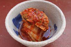 El kimchi es el plato nacional de los coreanos, buenísimo para los que nos gusta el picante; es, salado y duce, fresquito, y ligeramente ácido: abre el apetito que es un gusto. Además me encanta cómo queda la col china de crujiente al fermentarla… qué gustazo. La elaboración más típica es con col china (paechu kimchi), pero también se hace con infinidad de vegetales. Vamos paso a paso con esta primera elaboración: Ingredientes:  Una col china de tamaño mediano 250 gr. De sal 2 cucharadas de…