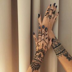A henna tattoo or also know as temporary tattoos are a hot commodity right now. Somehow, people has considered the fact that henna designs are tattoos. Henna Tattoo Hand, Henna Tattoos, Henna Tattoo Muster, Henna Body Art, Lace Tattoo, Henna Tattoo Designs, Tattoo Designs For Women, Sexy Tattoos, Mehndi Designs
