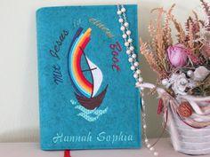 Ein persönliches und individuelles Geschenk zur Kommunion! *genäht aus feinstem, 100%igem Design-Wollfilz* Dieser Umschlag für das katholische Gebets- und Gesangbuch ist ein ganz besonderes...