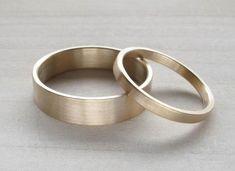 Umweltfreundliche maßgeschneiderte 14k weiß, gelb oder Rose (aka rosa oder rot)-gold Ehering-Set aus 100 % Recycling-Gold. Diese Band ist flach, modern und unkonventionell, mit einem matt gebürstet. --{Details}-- Dieses Angebot ist für zwei 14 k gold (gelb, weiß oder rose)-US-Ringe. Der größere ist