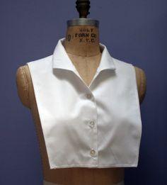 Shirt collar front dickie - tutorial and free pattern Till blårutiga kjolen? Wing Collar Shirt, Shirt Collar Pattern, Collar Shirts, Pants Pattern, Bodice Pattern, Sleeve Pattern, Sewing Patterns Free, Clothing Patterns, Free Pattern