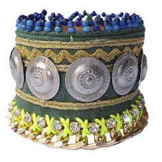 Pulsera India de Toscana con monedas, bordado de hilo dorado sobre tela verde, cadena, cristales y cuentas azules.