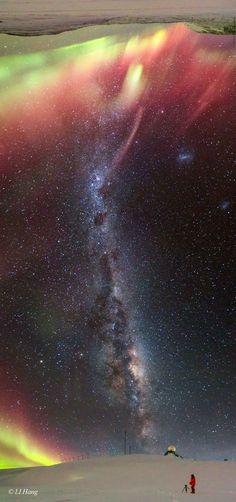 Milky Way and Aurora over Antarctica라이브배팅사이트라이브배팅사이트라이브배팅사이
