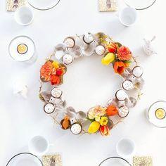 """Yeeeeeah, gleich zwei Tage nacheinander ein Insta-Post geschafft 😄 So muss es weitergehen 😊👍🏼🌞 Hier seht ihr mein DIY für Ostern: einen geschmückten Kranz aus blumenförmig geschnittenen Eierkartons 🐣🐰🌸🌷🌼🌸🐣 🐰 Hinein gesteckt habe ich ein paar kleine zu Blumenvasen umfunktionierte Tischlichter und - wie meine Tochter sagen würde - """"Esterhasis"""" von @leonardoglas 😍 Die Anleitung gibt's auf'm Blog 😊 Wünsche euch nen schönen Aaaaabend zusammen! #werbung #frühlinggibgas…"""
