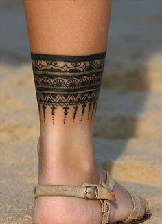 Un tatouage tribal autour de la cheville