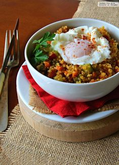 Recetas Bowl of quinoa, vegetables and egg. Easy, simple and delicious cooking recipe Veggie Recipes, Real Food Recipes, Vegetarian Recipes, Dinner Recipes, Cooking Recipes, Healthy Recipes, What Is Quinoa, Falafel, Ground Beef Recipes