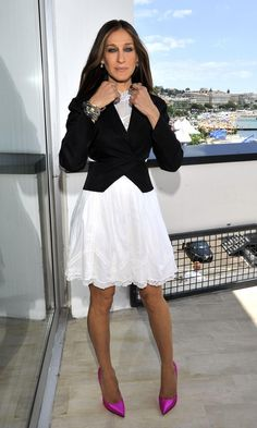 Sarah Jessica Parker brightened up a white summer dress and fitted blazer with stand-out bright pink pumps.