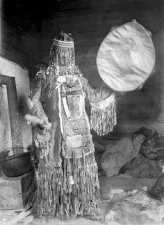 KARA ŞAMAN Kara Şaman, Yer Altı Tanrısı Erlik Han ile karşılaşma cesaretini gösteren şamandır. O yeraltı yolculuğu yaparak, Erlik Han için kurban edilen, Kara Boğa'nın ruhunu Ona sunar. Yer altı ruhlarının kendisini tanımaması ve takip etmemesi için, bu yolculuk esnasında maske ya da yüzünü gizleyen bez parçaları kullanır. Nuray Bilgili.