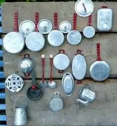 Avec notre argent de poche, ma soeur et moi étions allées acheter cette batterie de cuisine en aluminium. C'était au marché d'Olot en Espagne. Rien n'y manquait !