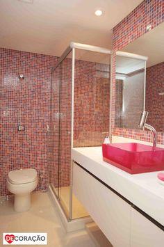 Ideias DeCoração de Banheiro   Utilize pastilhas em tons chamativos para dar mais vida ao seu banheiro. Que tal deixá-lo mais feminino com a cuba de acrílico rosa?