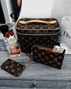 Nice bb feat toiletry 15 and key cles 😍 . Louis Vuitton Handbags, Louis Vuitton Speedy Bag, Purses And Handbags, Louis Vuitton Monogram, Louis Vuitton Makeup Bag, Luxury Purses, Luxury Bags, Popular Bags, Cute Bags