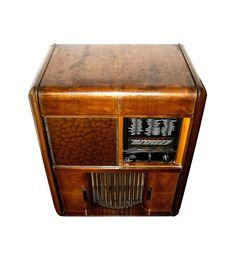 e149476748 Fabbricato nei primi anni '40, l'apparecchio è montato su un mobile di legno  con impiallacciatura di noce. Dimensioni: 95 cm. di altezza, ...