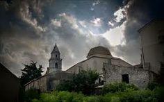 «A sinistra, sulle montagne che si trovano nello sfondo, si vede la piccola località di Cropani; poi, a destra, sul mare, un antico castello in rovina. La piana si restringe un po' con poche coltivazioni e, di tanto in tanto, qualche masseria...» - See more at: http://www.viaggioincalabria.it/luogo/provincia-di-catanzaro/cropani/a-sinistra-sulle-montagne/#sthash.Piox6JHS.dpuf