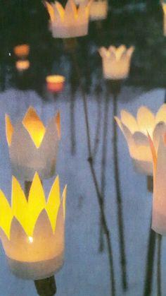 Sind im Winter alle Beete im Garten mit Schnee bedeckt, setzen diese Laternen leuchtende Akzente. Aus einfachen Papiertrinkbechern Blütenkelche ausschneiden. Mit dem Boden auf einen Korken kleben und diesen dann auf einen angespitzten Ast stecken: Idee aus der LandIdee Jan/Febr 2016