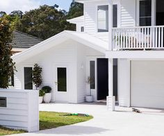 An all-white Hamptons style revamp transformed this Sydney home A Sydney family called on the experts to create a Hamptons-style home where they can 'holiday' all year. Die Hamptons, Hamptons Style Homes, Hamptons Decor, Modern Rustic Homes, Modern Farmhouse, Sydney, Australian Homes, Australian Beach, Facade House