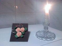 In acesta magine avem un tablou in miniatura care contine primii mei trandafiri realizati + alte lucrusoare de decor + o lumanare de docor.