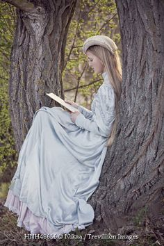 Style Fashion Tips girl reading a letter in a tree.Style Fashion Tips girl reading a letter in a tree Estilo Lolita, Historical Women, Historical Dress, Historical Romance, Estilo Retro, Woman Reading, Belle Photo, Modest Fashion, Vintage Dresses