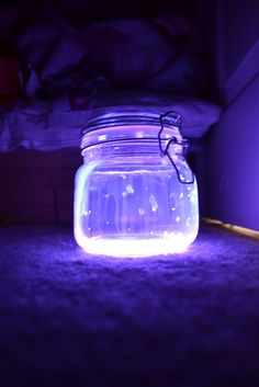 I love these Glow Stick Lanterns! All you need is a glow stick, water, & a mason jar - and you're all set! Use for trick or treating or to decorate with! Glow Stick Jars, Glow Jars, Glow Sticks, Fun Crafts, Crafts For Kids, Stick Crafts, Glow Paint, Jar Lanterns, Summer Parties