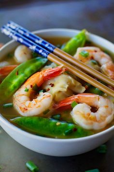 Shrimp Wonton Soup Healthy and fresh recipes from my kitchen to yours!A comforting and delicious recipe for shrimp wonton soup that's not only easy, but health Wor Wonton Soup, Shrimp Wonton, Thai Wonton Soup Recipe, Shrimp Soup, Shrimp Recipes, Soup Recipes, Cooking Recipes, Sushi Comida, Asian Recipes