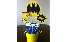 Para uma festa temática do Batman, um baldinho amarelo com enfeites de papel com as cores preto e amarelo são uma boa opção. De Etsy . Foto: Pinterest/Jaclyn Broyles