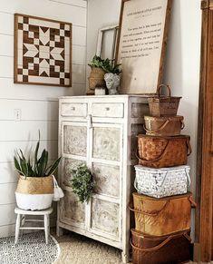 Shabby Chic Farmhouse, Country Farmhouse Decor, Farmhouse Style Decorating, French Farmhouse, Farmhouse Ideas, Cozy Cottage, Cottage Style, Antique Booth Ideas, Home Decor Sites