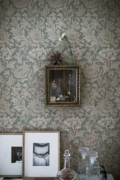 old world and lovely prints vignette wall paper england William Morris Tapet, William Morris Wallpaper, Morris Wallpapers, Interior Wallpaper, Home Wallpaper, Modern Wallpaper, Interior Styling, Interior Decorating, Interior Design