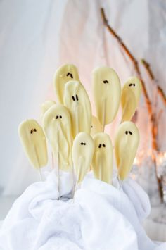 Bring the Halloween charm to your home and treats table with these easy to make white chocolate ghosts (lollipops) and mummies. Plat Halloween, Fete Halloween, Halloween Snacks, Halloween Cakes, Chocolate Lollipops, Chocolate Sprinkles, Melting Chocolate, White Chocolate, Vegetarian Comfort Food