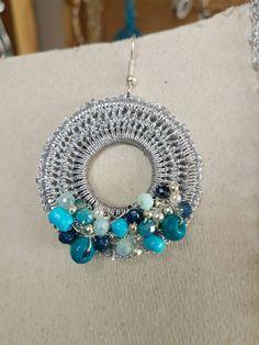 Orecchini all'uncinetto in filo metallizzato argento e perline tonalità di blu