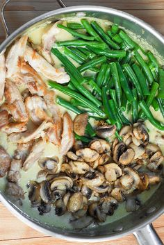 Green Bean Mushroom Skillet with Chicken in Creamy Garlic Sauce, The trick is to cook mushrooms in a skillet with a large surface area so that you can spread them in a single layer without overcrowding. Also make sure that the pan is hot enough to quickl One Pot Meals, Easy Meals, Healthy Quick Dinners, Chicken Green Beans, Green Bean Mushroom, Chicken And Beans Recipe, Chicken Spinach Mushroom, Chicken Mushroom Recipes, Quick Chicken Recipes