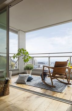 Details der Immobilie of the property Interior Balcony, Apartment Balcony Decorating, Apartment Balconies, Home Interior Design, Interior And Exterior, Modern Balcony, Small Balcony Design, Small Balcony Decor, Rooftop Terrace Design