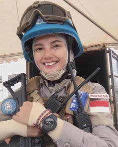 """وَهُوَ مَعَكُمْ أَيْنَ مَا كُنْتُمْ ۚ وَاللَّهُ بِمَا تَعْمَلُونَ بَصِيرٌ """" . Beautiful Muslim Women, Beautiful Hijab, Beauty Army, Military Girl, Girls Uniforms, Indonesian Girls, Army Police, Female Soldier, Military Women"""