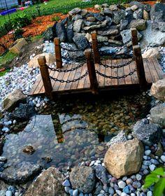 Vervollständigen Sie Ihren Garten mit einer wunderschönen Mini-Brücke. Das sieht in jedem Garten toll aus!