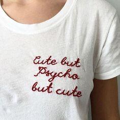 Les T-shirt à message brodé sur le coeur