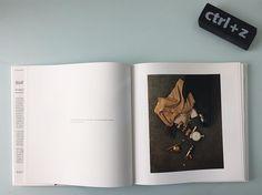 L ultima condivisione di #irvingpenn #irvingpennphotography uno scatto del #1947 quando non C era ancora il #ctrlz dove con una teatralità meravigliosa racconta la storia di una borsa che cade la storia di una donna. #storytelling come dio comanda