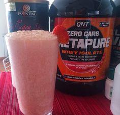 Whey + morangos congelados + iogurte + quinoa + polén + água.