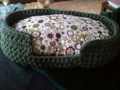 The Gamberet: Cama para perro pequeño - ganchillo - Crochet Cap, Love Crochet, Crochet Poncho Patterns, Knitting Patterns, Cotton Cord, Dog Crafts, Do It Yourself Crafts, T Shirt Yarn, Pet Beds
