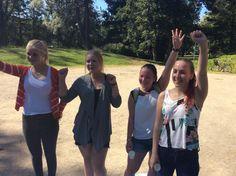 Ensimmäisenä maaliin huikealla vauhdilla ja iloisina saapui kilpailuryhmä nro 3, lämpimät onnittelut! Kuvassa vasemmalta opas Eve, Tiila, Sara ja Eveliina