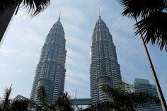 Le #Petronas Twin Towers sono conosciute in tutto il Mondo come il #cuore #moderno della capitale della #Malesia: #KualaLumpur. Le #torri sono costruite con acciaio inossidabile e vetro. Nella loro forma sono caratterizzate da una pianta a forma di stella ad otto punte che riprende i concetti islamici di unità e armonia. #Asia #recensione #viaggio #casamai