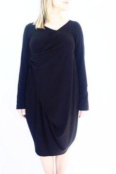 Robe noire drapée sur le devant